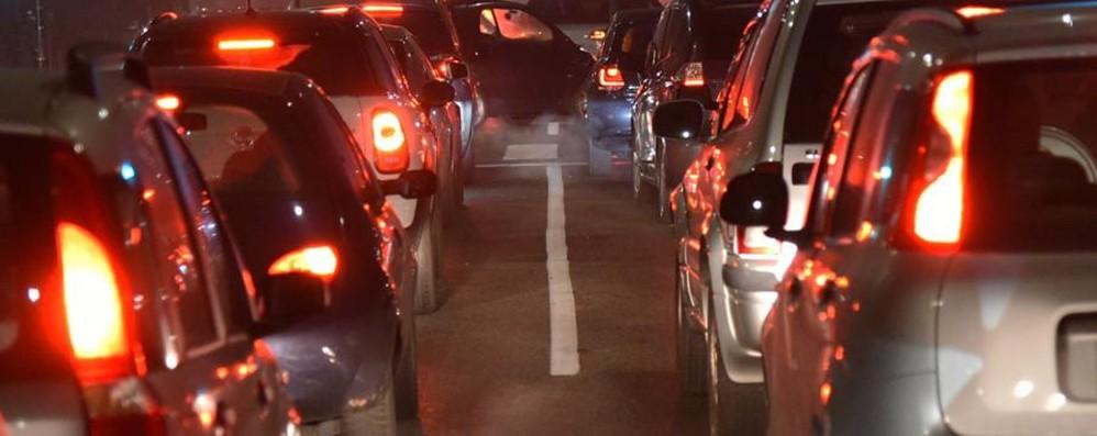 Traffico, incidenti e camion ribaltato Lunghe code in A4 e sull'Asse