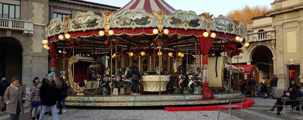 Bergamo sente l'arrivo del Natale Giostra sul Sentierone e primo shopping