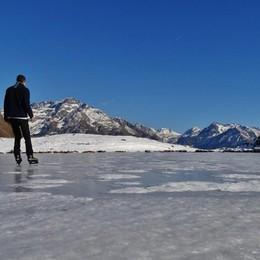 Cielo azzurro e ghiaccio a 1.708 metri Si pattina ai laghi di Cardeto - Video