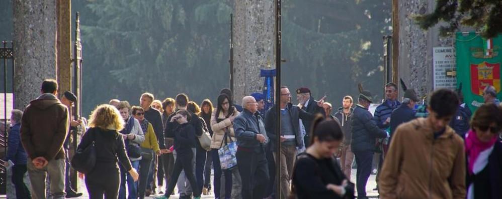 Fiori e preghiere fra le 90 mila tombe Attese 40mila persone, gli orari dei cimiteri