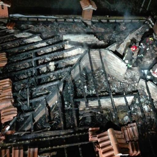 Rogo a monasterolo del castello distrutto il tetto di una for Una casa di storie progetta le immagini
