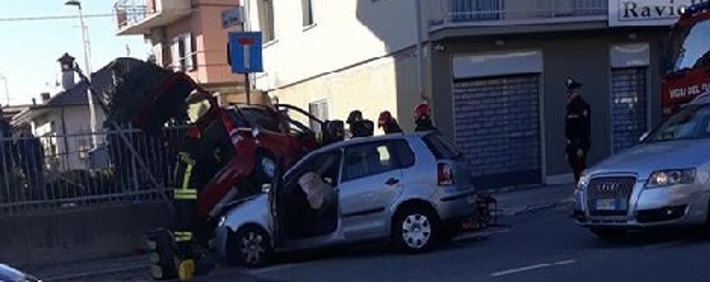 Villa d'Alme, scontro tra due auto E una «fa il salto» sul cofano dell'altra