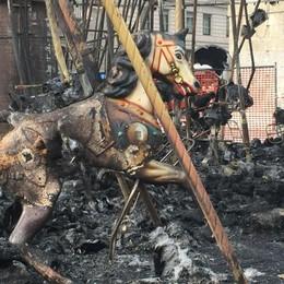 Tutti a vedere la giostra bruciata Ecco cosa è rimasto dopo il rogo