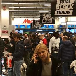 Ressa nei negozi per il Black Friday Tutti «pazzi» per la tecnologia - Video