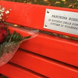 Bergamo colora le panchine di rosso Ricordo per le donne vittime di violenza