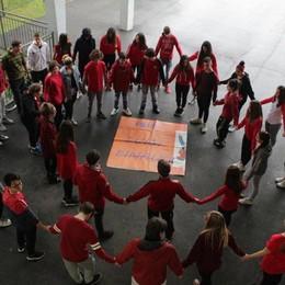 «No alla violenza sulle donne» Girotondo rosso dell'Einaudi di Dalmine
