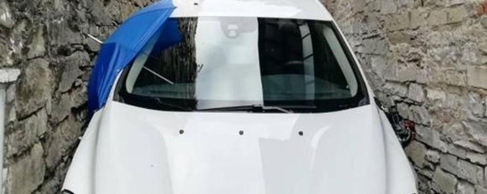 Si incastra con l'auto nel borgo di Cerveno Bergamasco soccorso dai vigili del fuoco