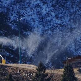 La neve in montagna (ma non basta) E il forte vento spazza via le nuvole