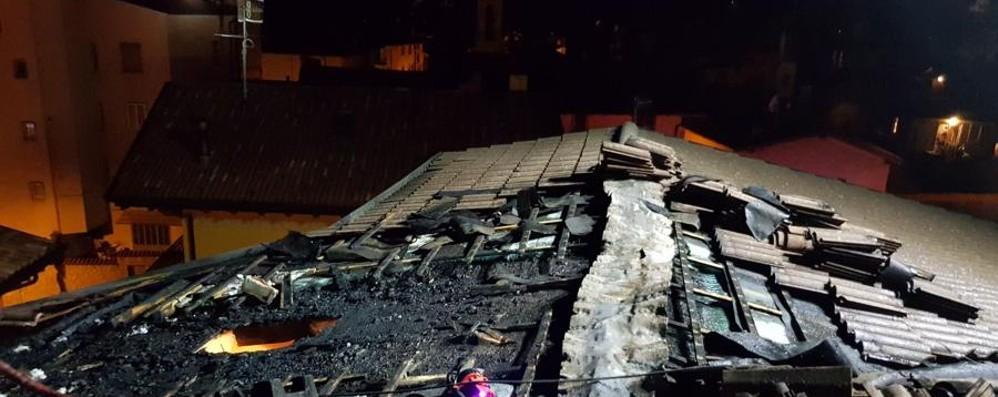 A fuoco il tetto di una casa a Castione Val Seriana, terzo rogo in pochi giorni