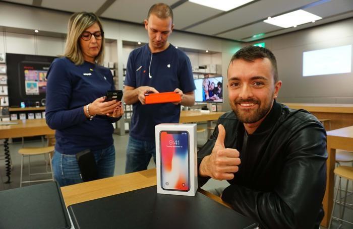 Matteo Colombo il primo ad avere tra le mani l'iPhoneX