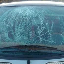 «Colpita da un calcinaccio in galleria» In frantumi parabrezza di un'auto