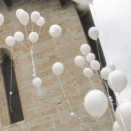 Palloncini bianchi per l'addio a Giulia «Non vaccinata alla meningite tipo C»