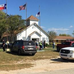 Spari in una chiesa in Texas «Almeno 27 morti e 24 feriti»