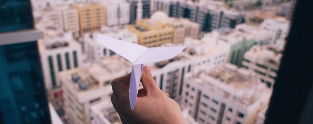 Giornata mondiale dei diritti dell'infanzia A Bergamo volano su aeroplanini di carta