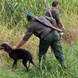 Due cacciatori bergamaschi trovano cadavere in valigia