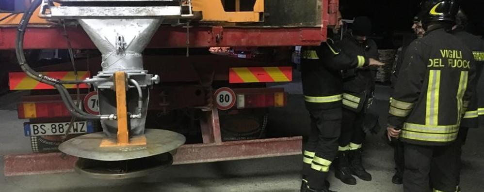 Carica lo spargisale sul camion Stritolato dal rullo: è gravissimo