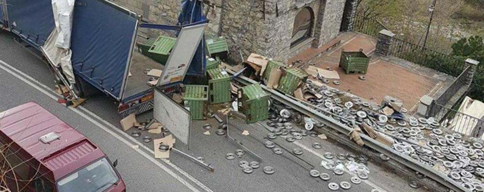 Rimorchio si ribalta a Villa d'Almé Strada bloccata dal carico perso