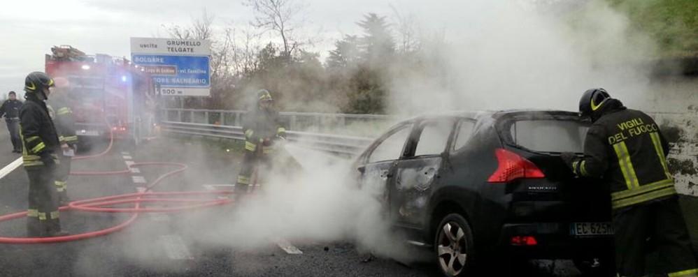 Auto in fiamme in autostrada Vigili del fuoco in azione a Grumello