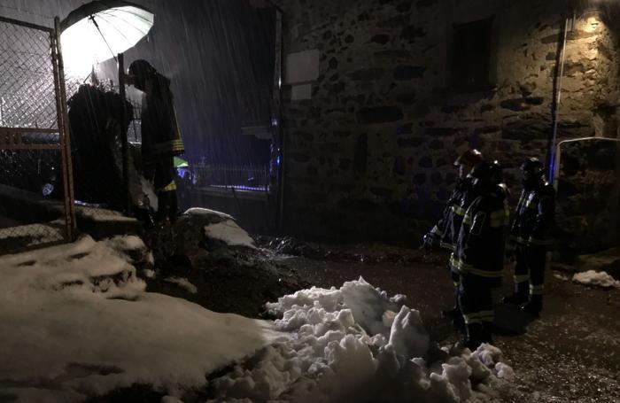 Al lavoro i vigili del fuoco a Gandellino