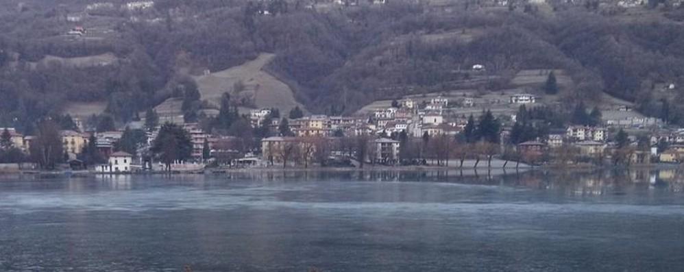 La sorpresa di Santa Lucia Primo ghiaccio sul lago d'Endine