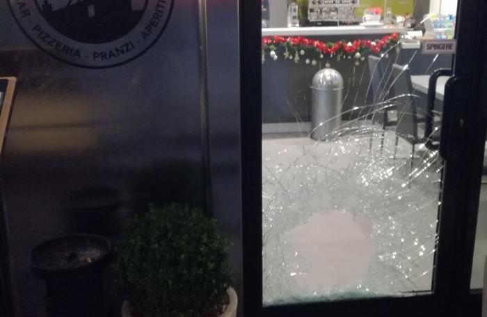 Due locali e un negozio, allarme spaccate Ecco i video dei raid ...