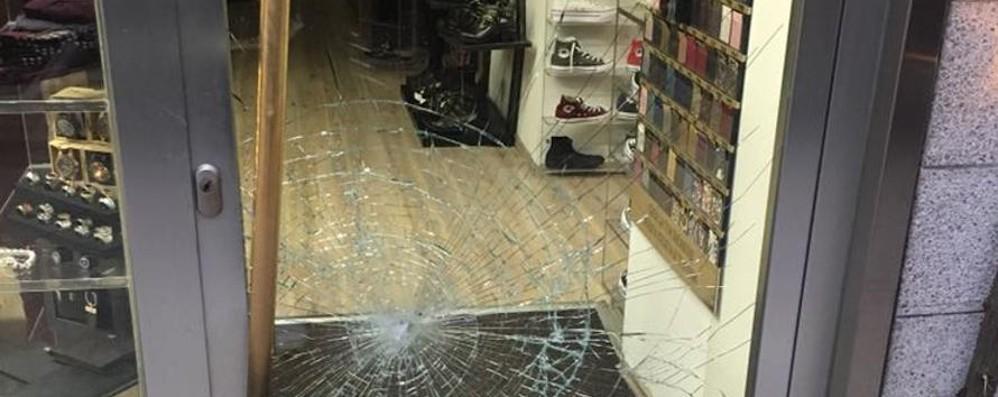 Due locali e un negozio, allarme spaccate Ecco i video dei raid notturni in centro