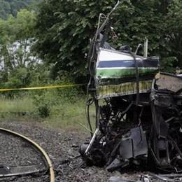 Scuolabus travolto dal treno Tragedia, almeno 4 studenti morti