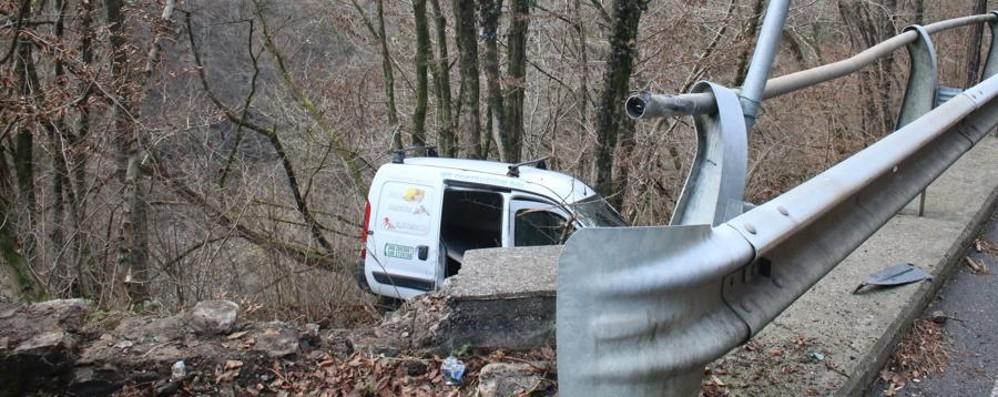 Sant'Omobono, furgone nella scarpata Gli alberi frenano la caduta nel burrone