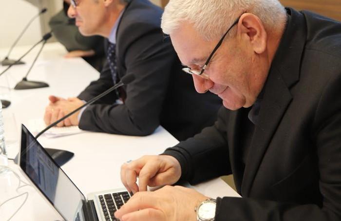 Il vescovo mentre spedisce la cartolina solidale al Papa