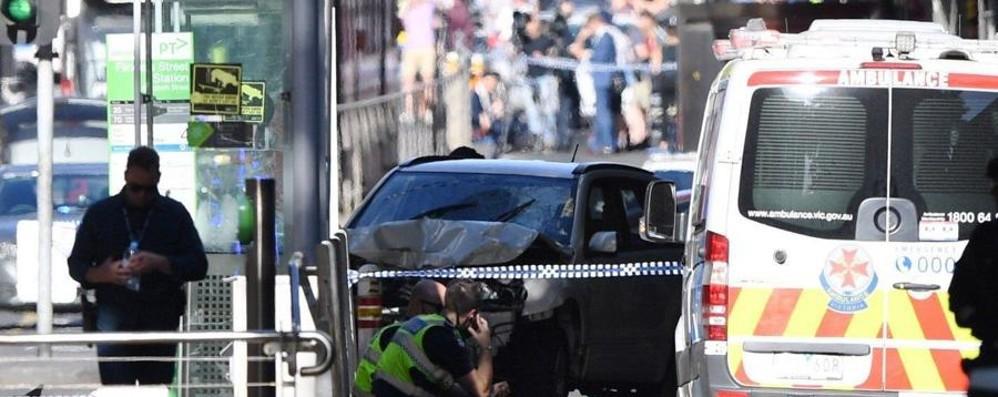 Terrore a Melbourne, suv sulla folla «Falciava chiunque»: 14 feriti, molti gravi