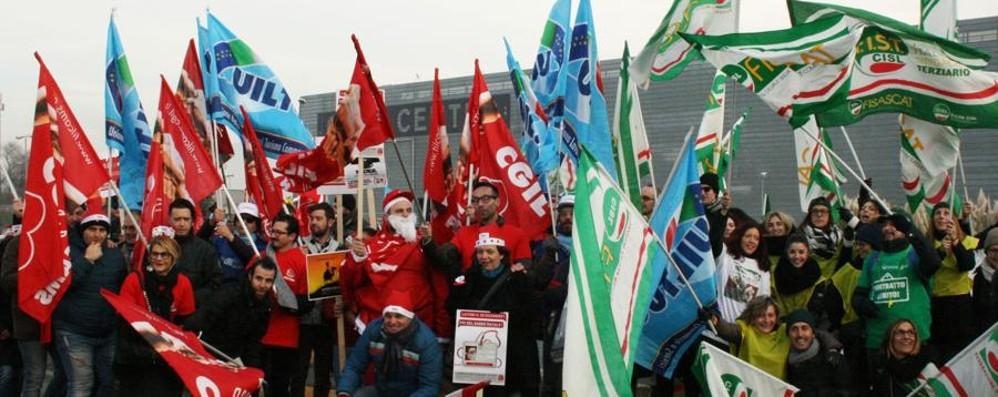 Oriocenter, presidio dei sindacati «Ora lo sciopero del 25 e 26 dicembre»
