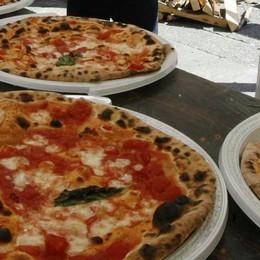 Pizza e sciarpa «sospesa» per aiutare chi si trova in difficoltà
