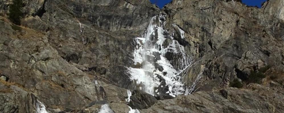 Cascate del Serio ghiacciate e cielo blu La settimana sarà all'insegna del freddo