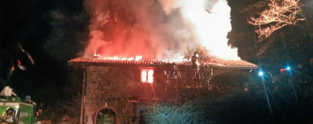 Cornale di Pradalunga, tetto in fiamme Ingenti danni a una cascina - Video e Foto