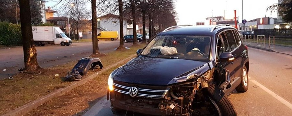 Malore in auto, finiscono contro un albero  Martinengo, paura per coppia di anziani