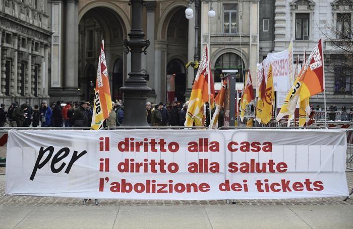 Uno striscione in Piazza della Scala a Milano in occasione della prima del Teatro alla Scala dove va in scena l'opera 'Andrea Chenier', 07 Dicembre 2017. ANSA/FLAVIO LO SCALZO
