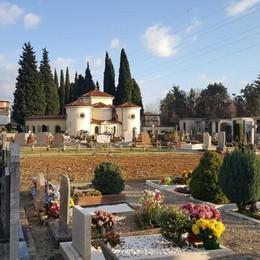 Cimitero di Almè, annaffiatoi a gettone «Come i carrelli del supermercato»