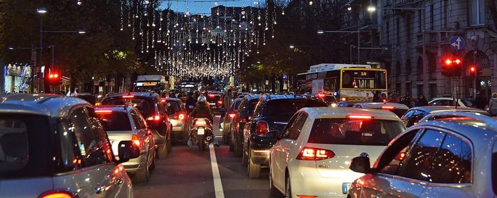 Bergamo presa d'assalto per gli acquisti Traffico in tilt e folla sulle bancarelle