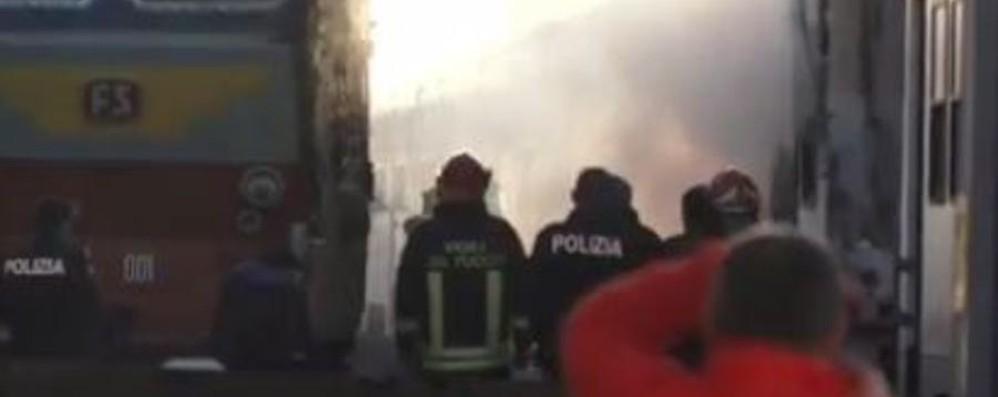 Brucia un vagone in stazione Milano, fiamme e fumo in Centrale