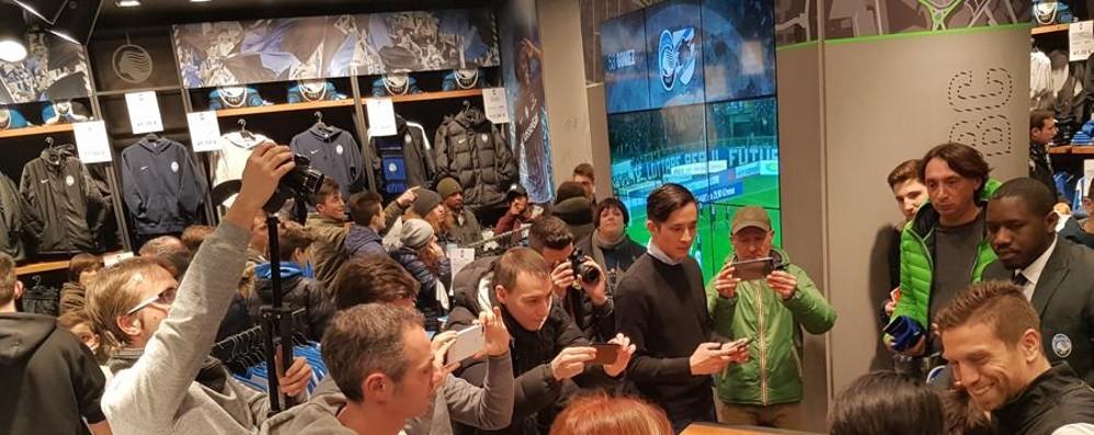 Folla allo store per incontrare il Papu «Offerta dalla Cina, ma io amo Bergamo»