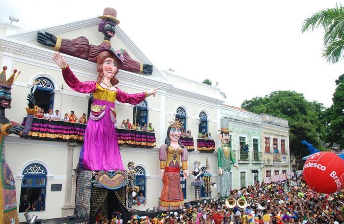 Carnevale carioca a olinda fra pupazzi giganti e ballerine for Baffetti mobili