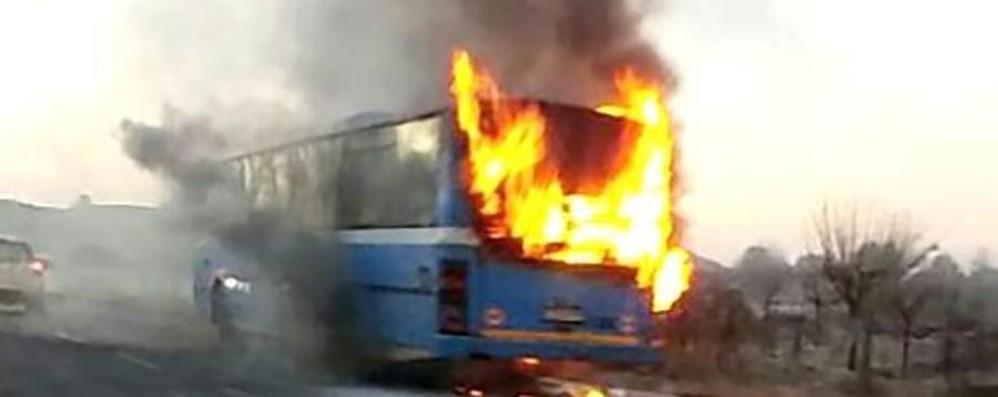 Como, in fiamme l'autobus degli studenti Era diretto a Bergamo sulla Briantea