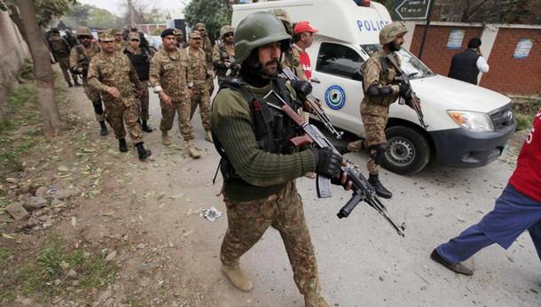 Pakistan, attacco tempio sufi, 100 morti