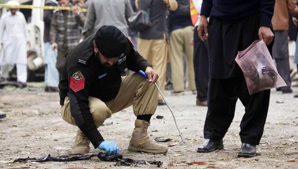 Pakistan: kamikaze in tempio sufi al sud