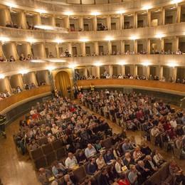 La magia di un teatro che si riempie Guardate il Sociale con «Ivan» - Video