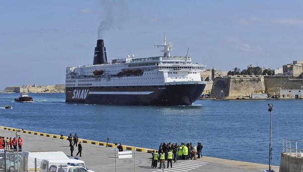 In fiamme traghetto in porto Palermo