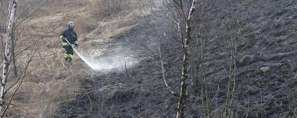 Tornano i piromani al ponte del Costone I vigili del fuoco spengono l'incendio