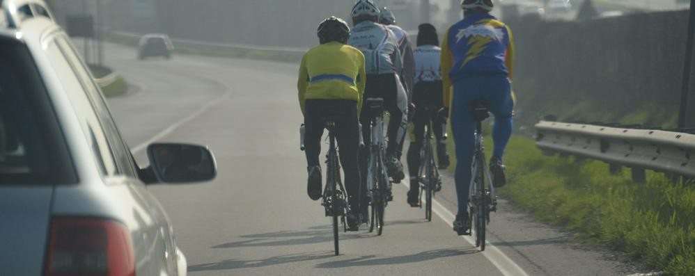 Un lettore: ciclisti sulla circonvallazione «Neanche la polizia locale interviene»