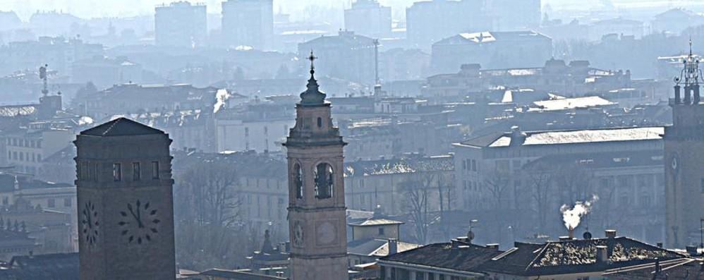 Ancora smog a Bergamo. E restrizioni «La pioggia disperderà gli inquinanti»