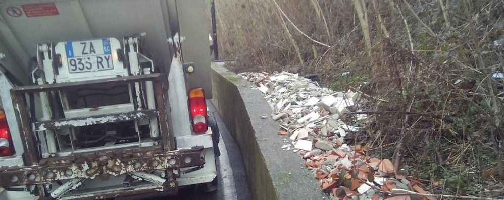 I rifiuti abbandonati, troppi anche in città E ci costano parecchio: 40 mila €